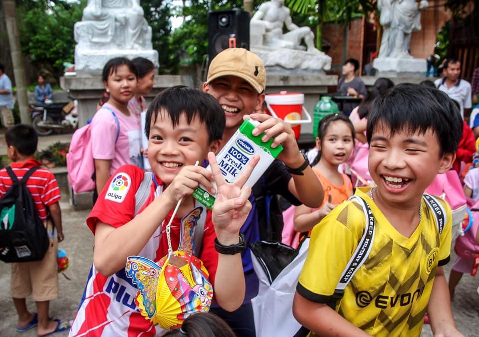 Những nụ cười tươi của trẻ em nghèo miền Tây