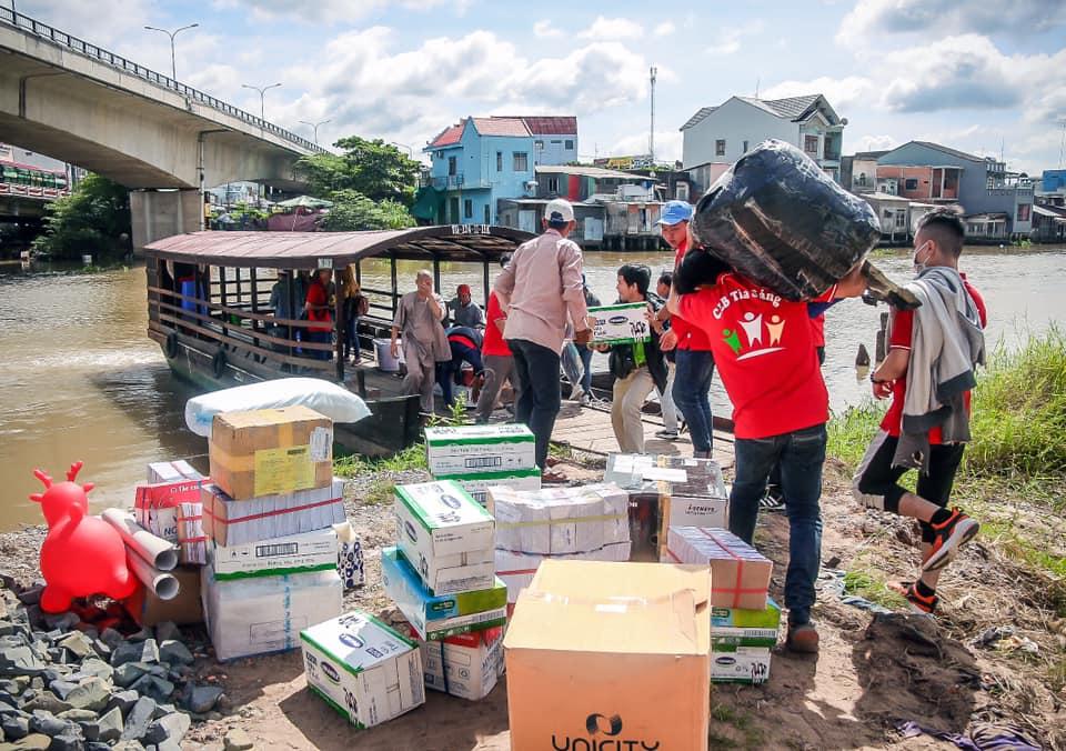 Đoàn từ thiện phải đi đò đến nơi tổ chức