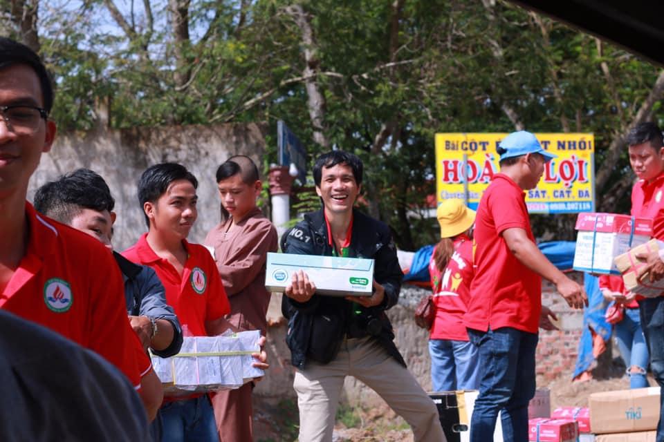 Vận chuyển quà để phát cho trẻ em nghèo
