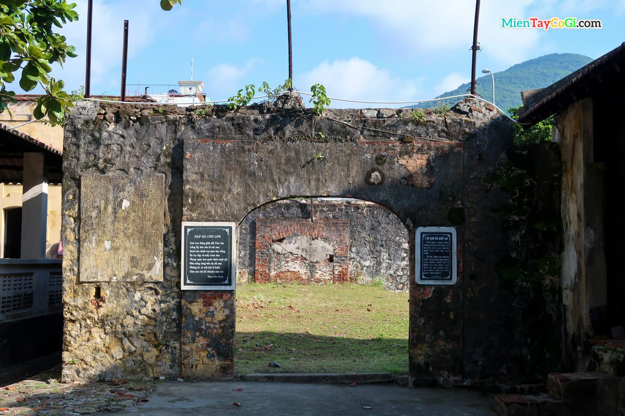 Bài thơ đập đá Côn Lôn khắc tại điểm đập đá Côn Đảo