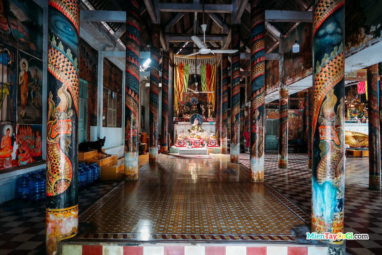 Bên trong nhà Sala của chùa Dơi