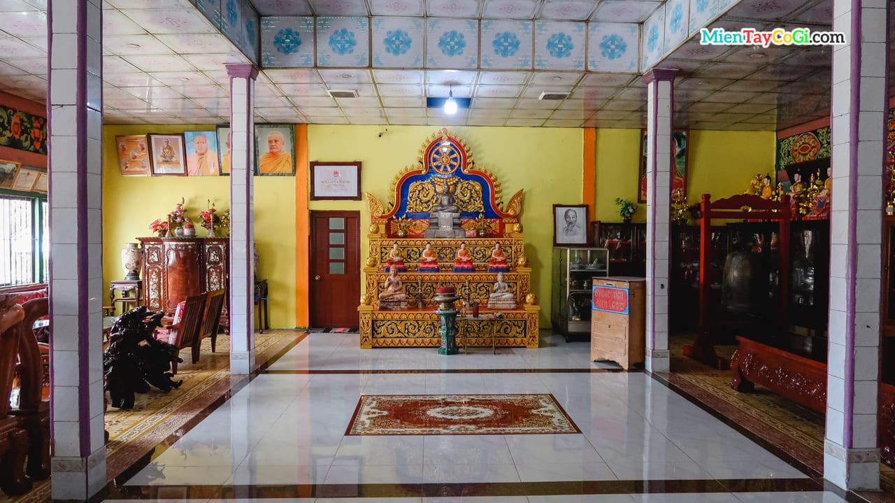 Bên trong phòng trưng bày chùa Chén Kiểu