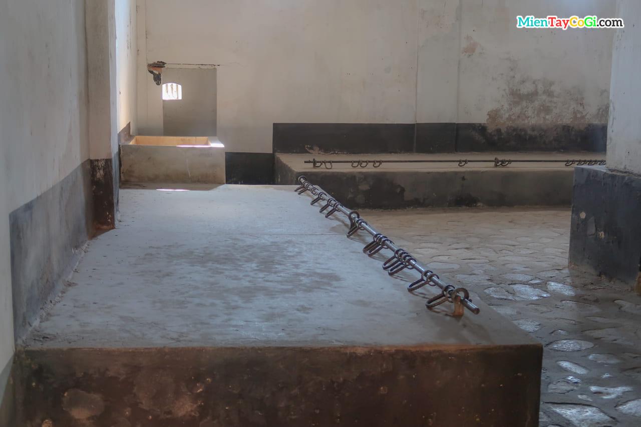 Bên trong trại giam