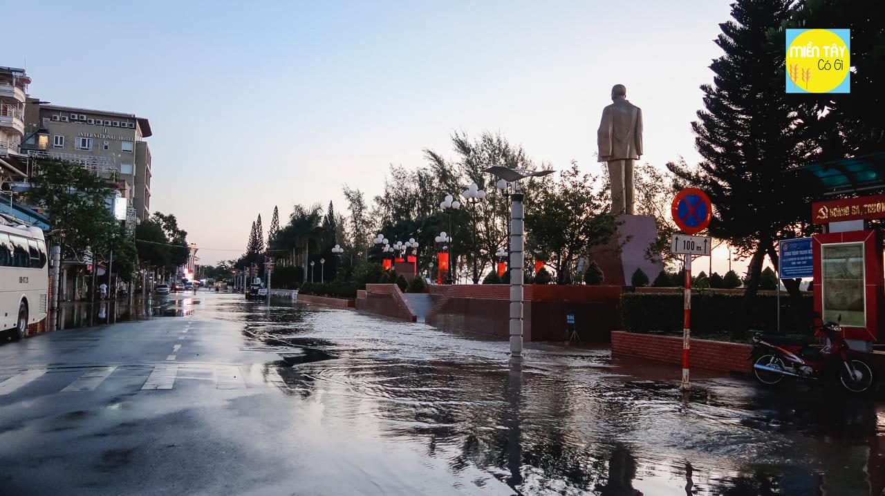 Bến Ninh Kiều bị ngập