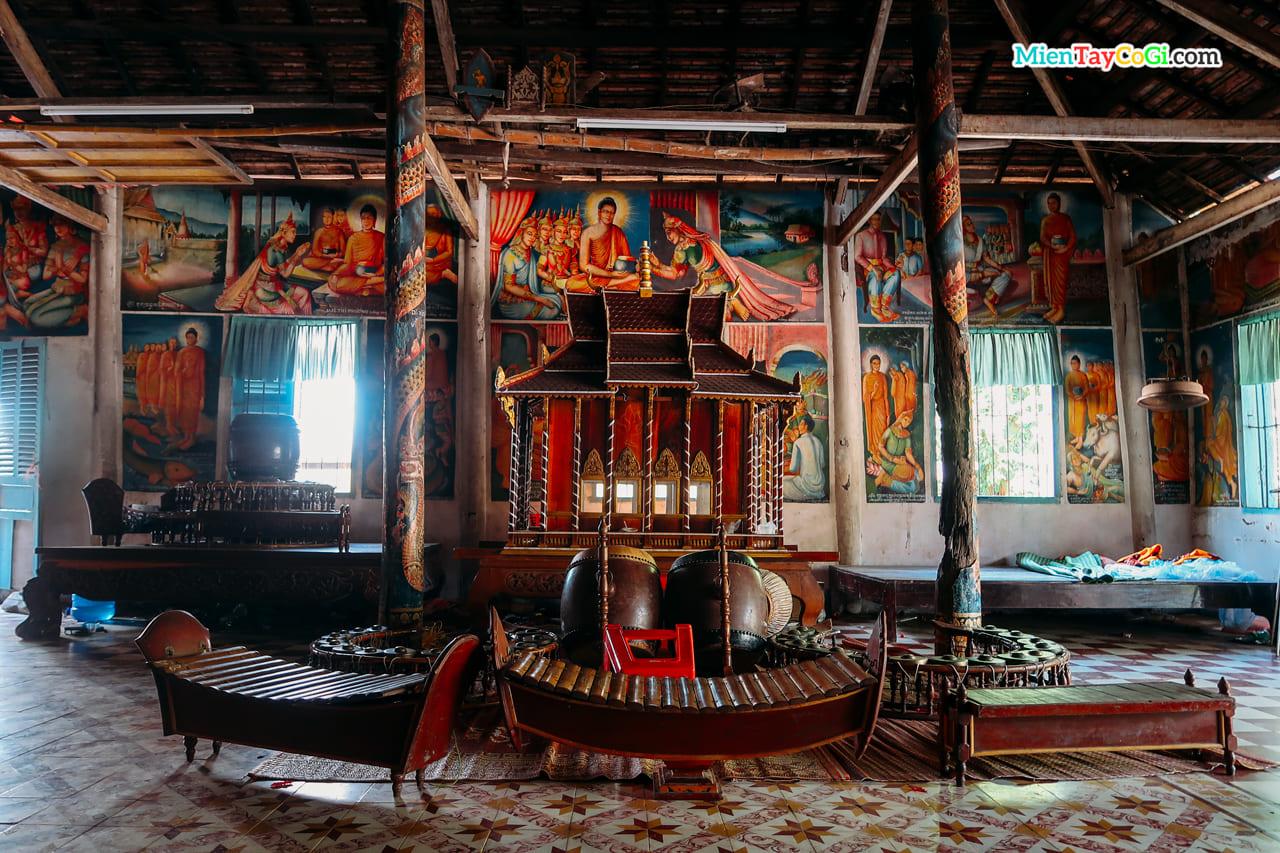 Bộ nhạc cụ truyền thống trưng bày bên trong nhà Sala chùa Dơi