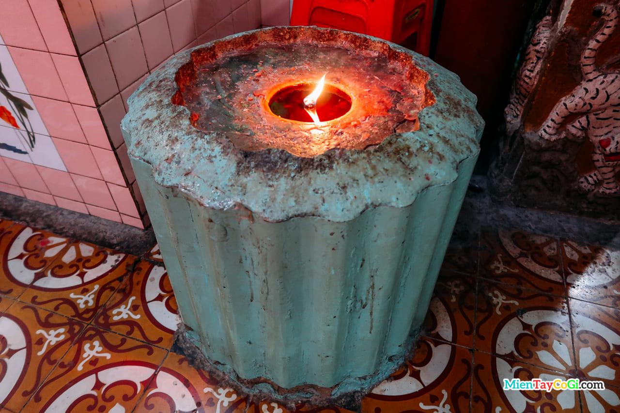Cặp nến cháy 50 năm vẫn chưa tắt