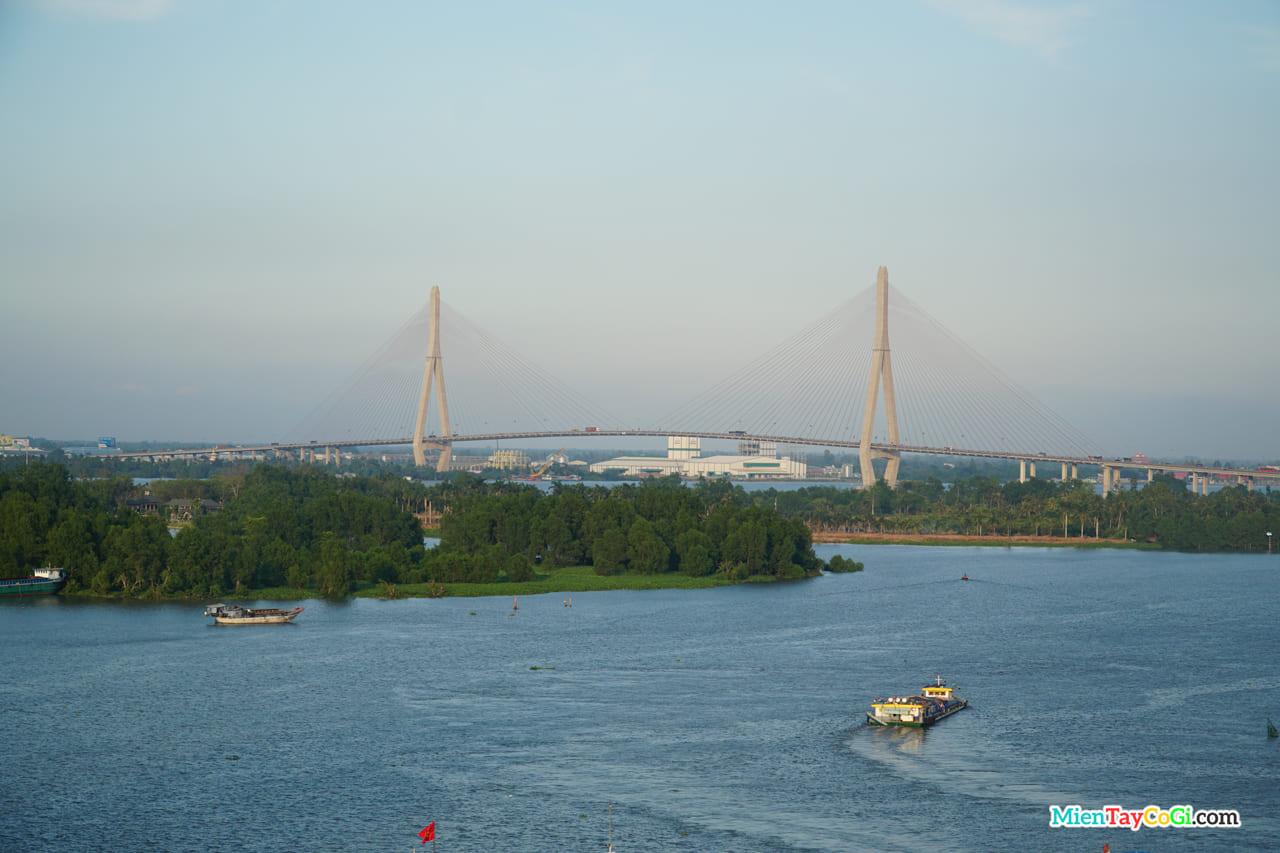 Bến Ninh Kiều nhìn ra Cầu Cần Thơ