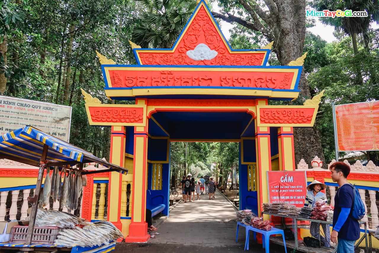 Cổng chùa dơi trang trí 2 màu vàng đỏ đặc trưng