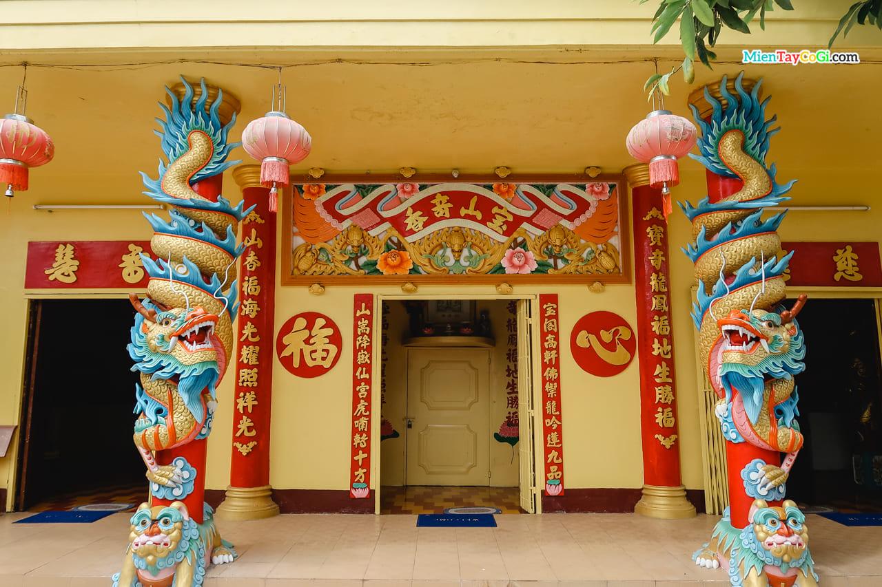 Chánh điện chùa Đất Sét