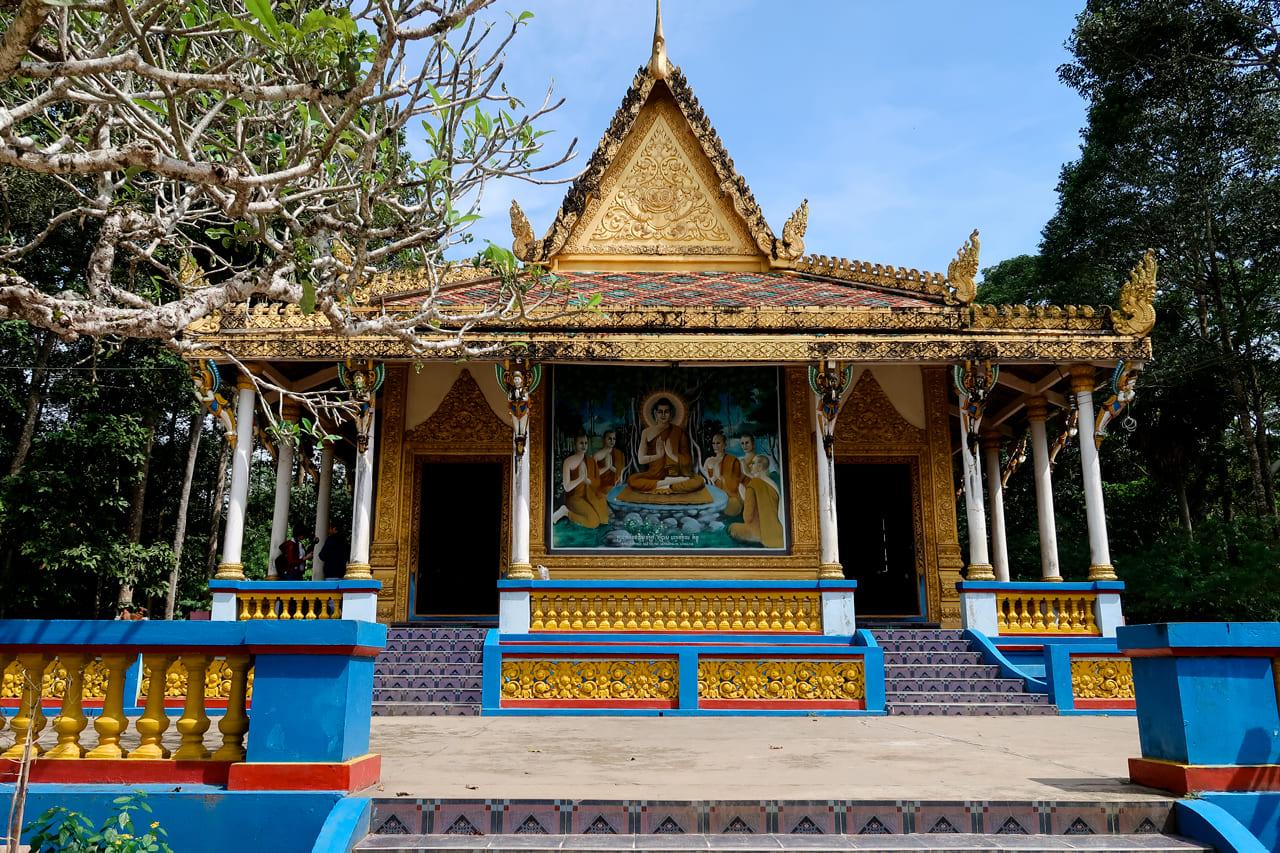 Chánh điện chùa Dơi