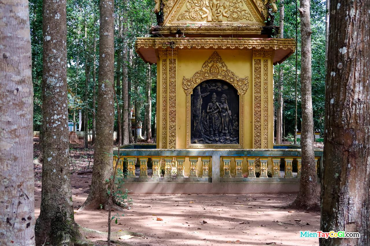 Họa tiết đặc trưng người Khmer khắc ở sân vườn chùa Dơi