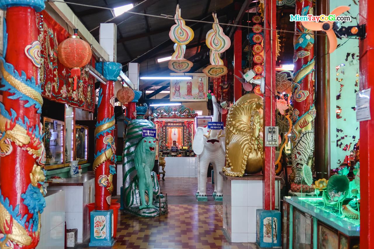 Lối đi bên trái chánh điện chùa Đất Sét