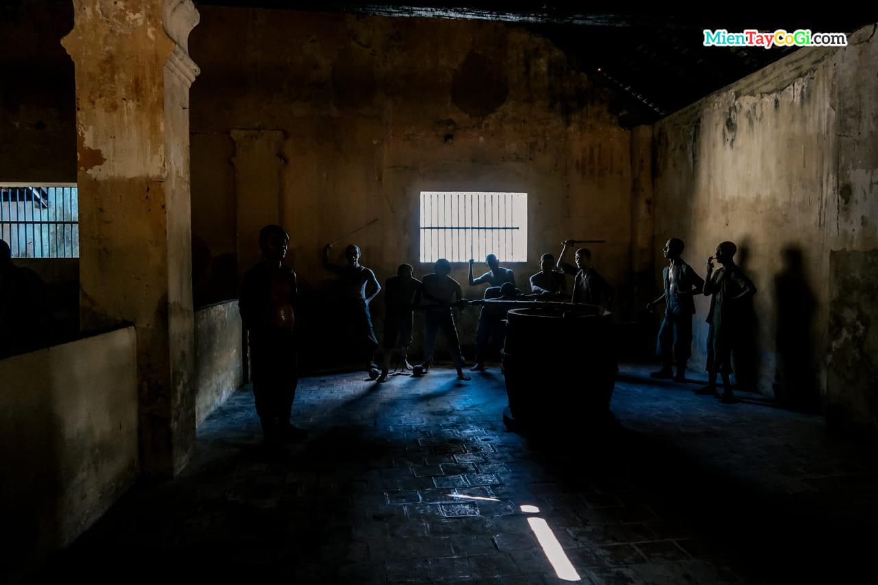 Mô phỏng người tù xay lúa ở nhà tù Côn Đảo