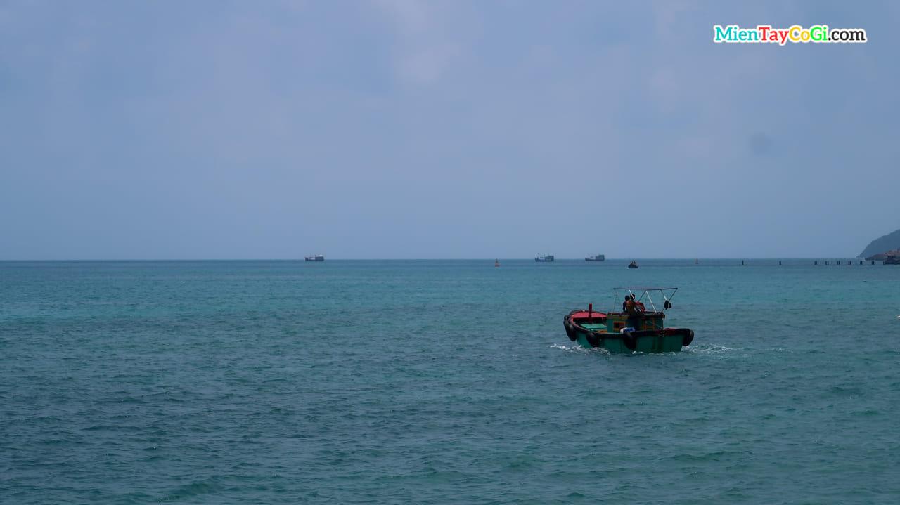 Một con tàu ra khơi đánh bắt gần bờ