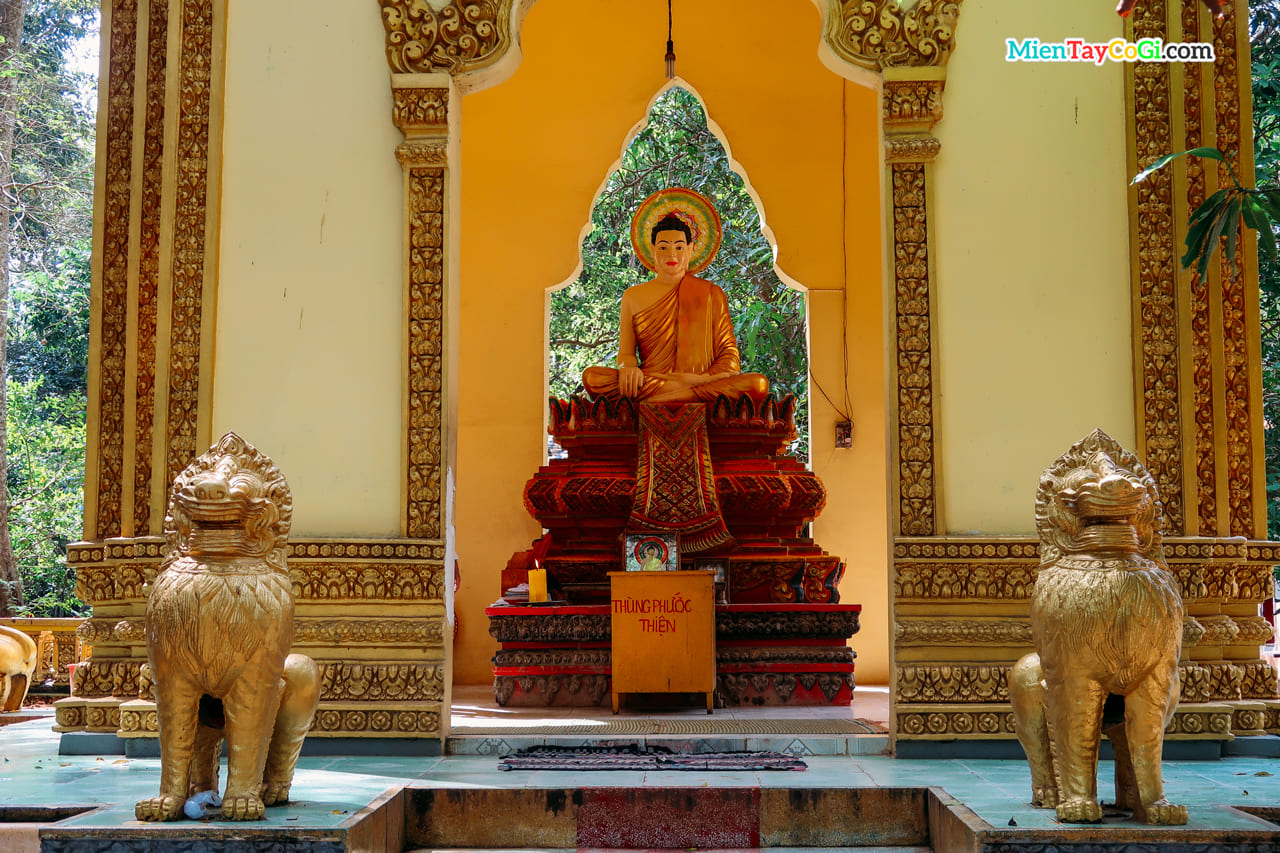 Nơi thờ Phật Thích Ca bên ngoài khuôn viên chùa Dơi