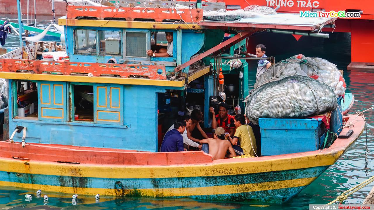 Người dân ăn uống sinh hoạt ngay trên tàu tại Côn Đảo