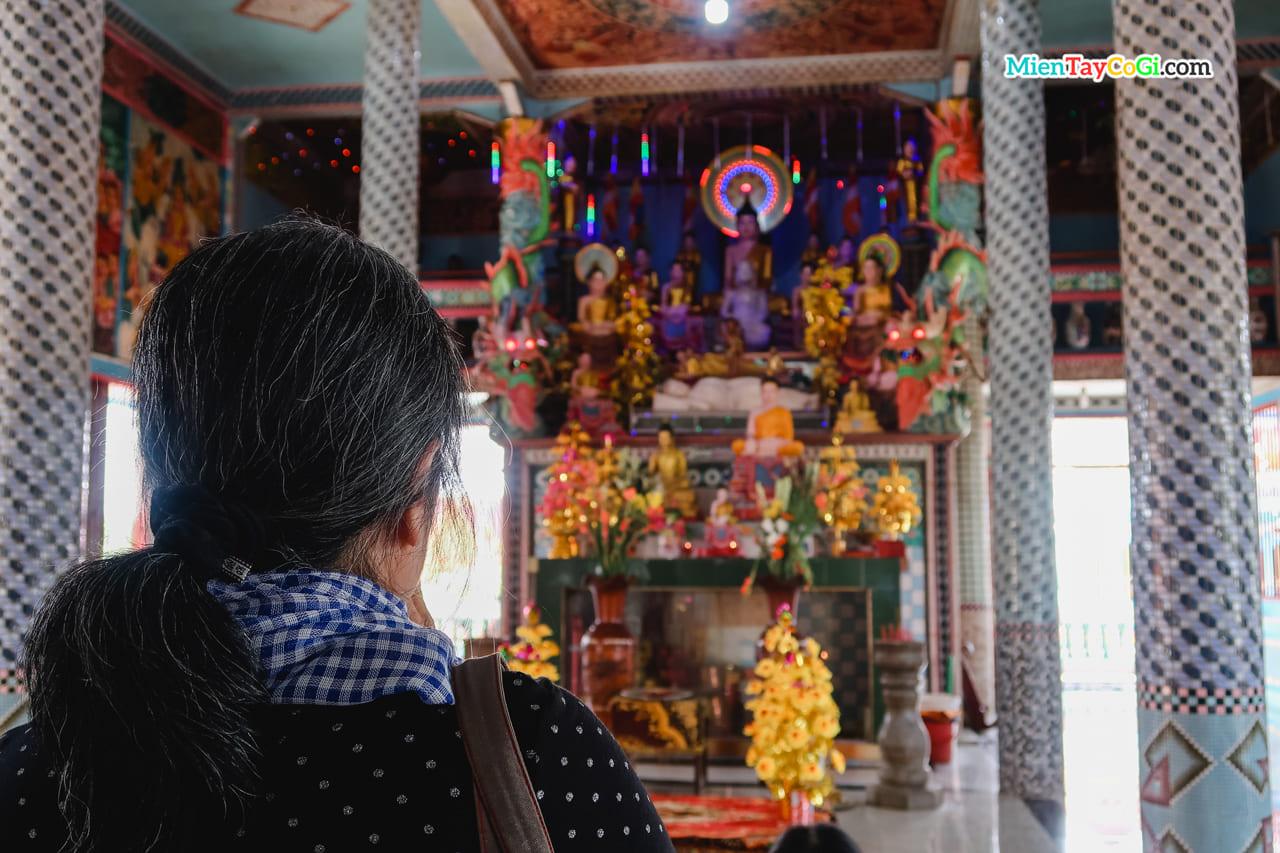 Người hành hương viếng chùa