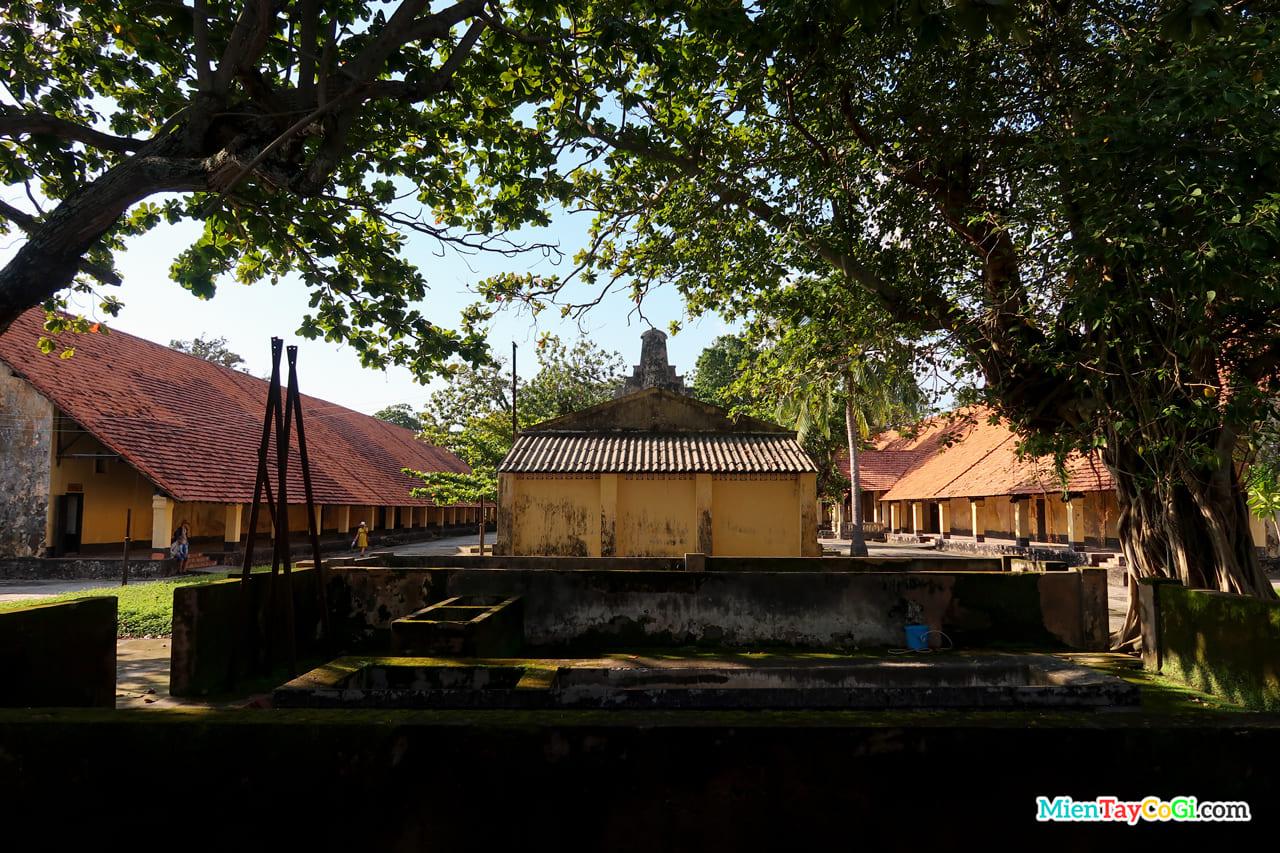 Nhà tù Côn Đảo ngày nay có nhiều cây xanh phủ bóng