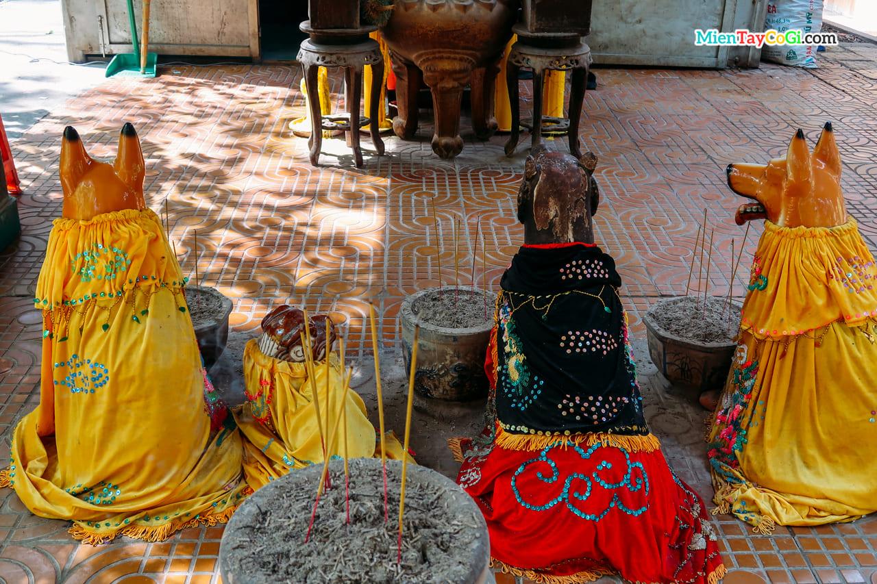Những bức tượng chó ở chùa Dơi