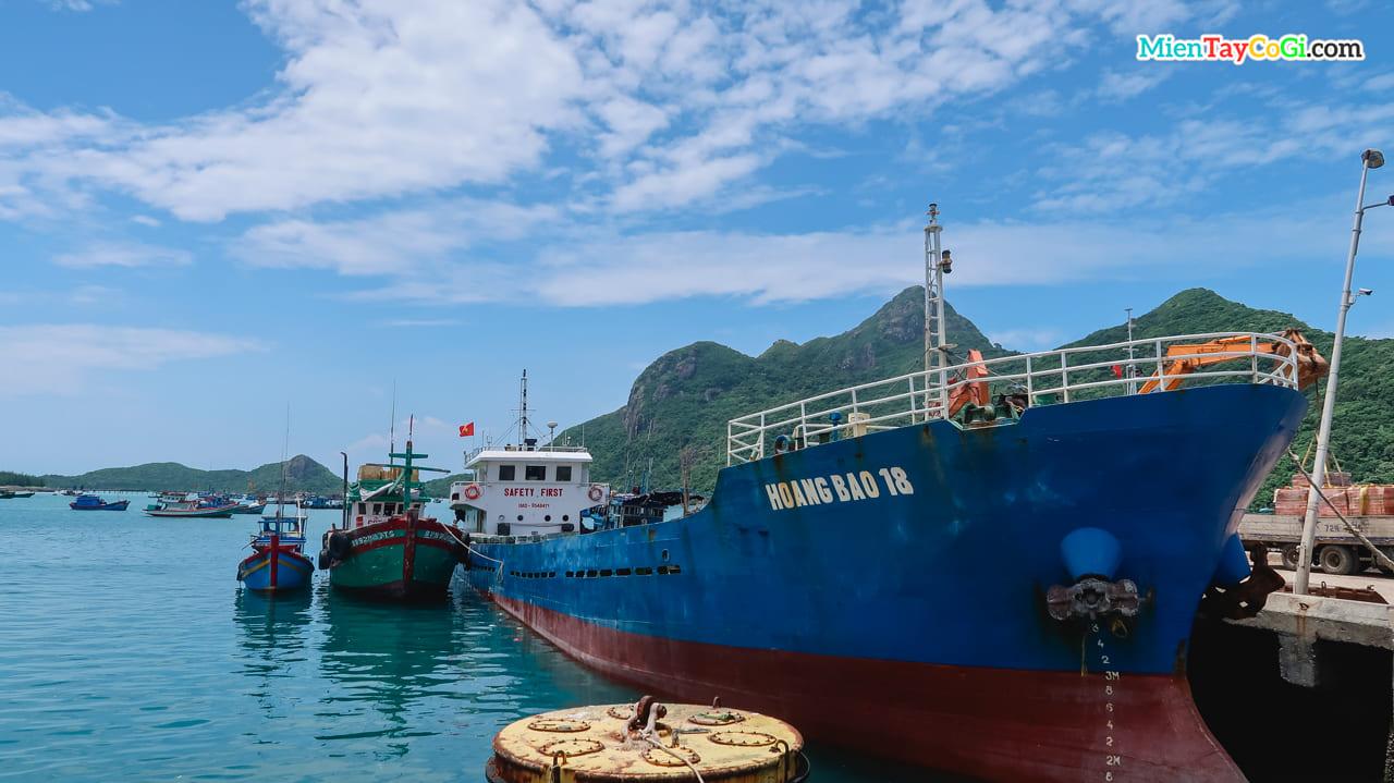 Nhiều con tàu khác cũng neo đậu tại bến tàu Côn Đảo