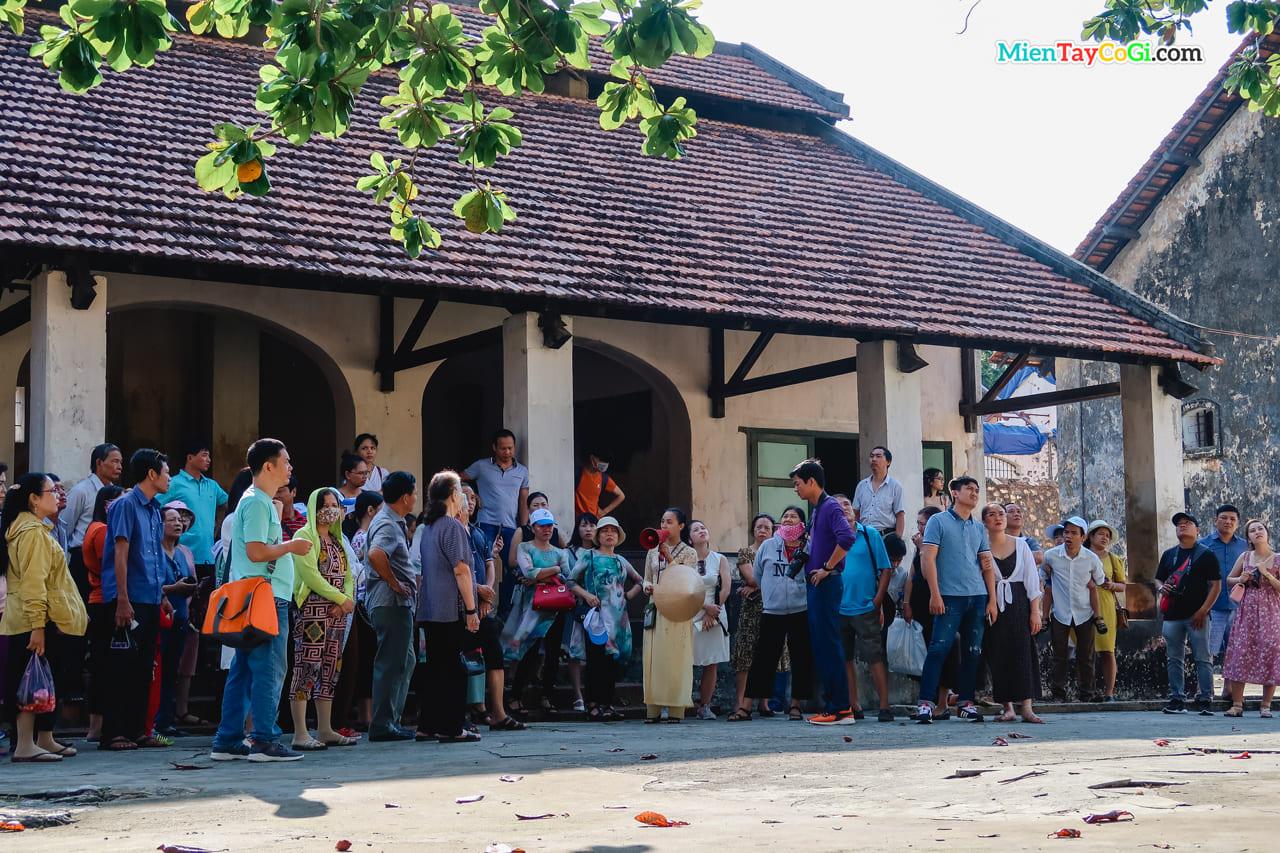 Nhiều khách du lịch tập trung nghe HDV thuyết minh về nhà tù Côn Đảo
