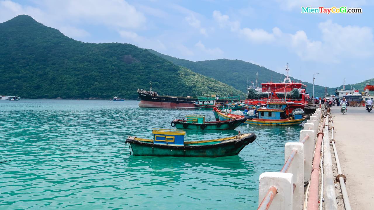 Nhiều tàu đánh cá của người dân địa phương neo đậu tại bến cảng
