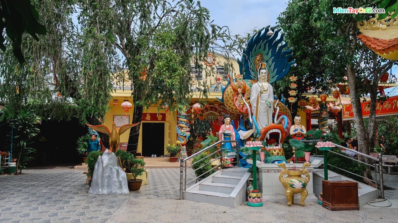 Phía sau sân chùa là tượng Bồ Tát Quan Âm