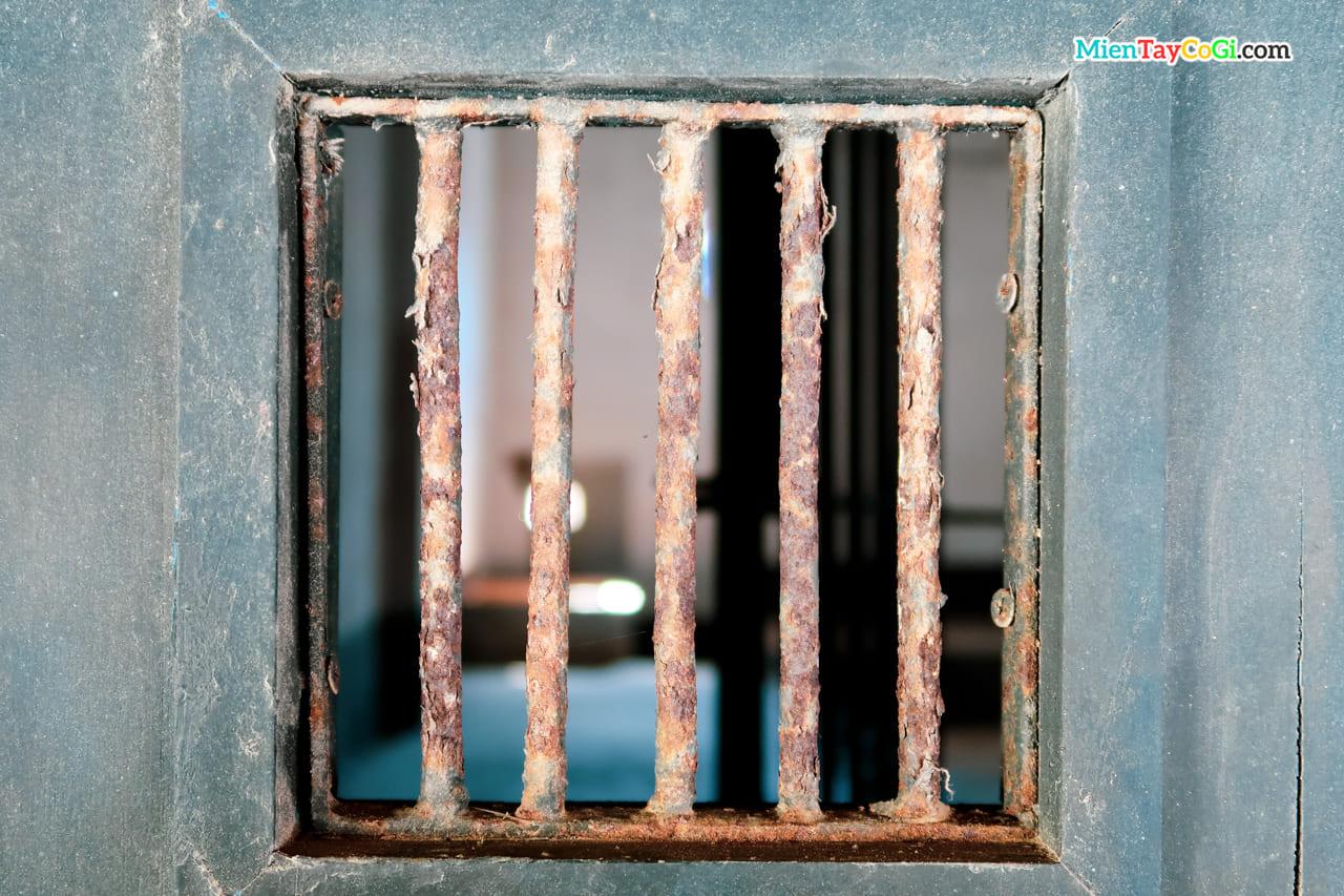 Song sắt ở nhà tù