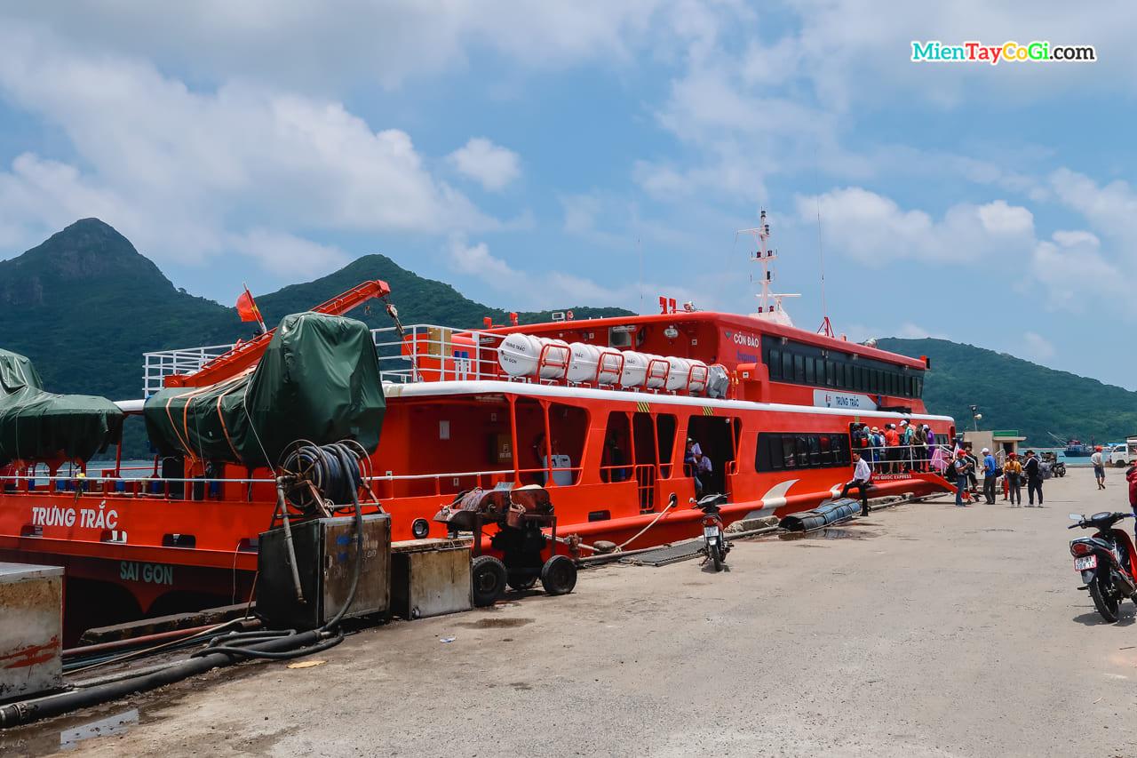 Tàu Trưng Trắc của Phú Quốc Express neo đậu tại bến Côn Đảo