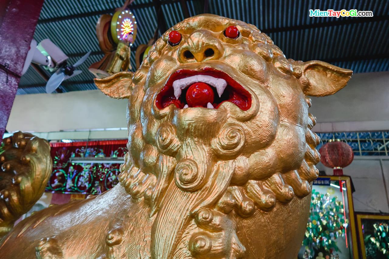 Tượng sư tử vàng