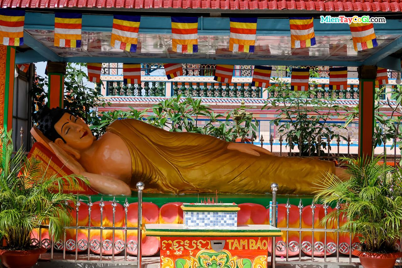 Tượng Phật Thích Ca tư thế nằm ở chùa Chén Kiểu