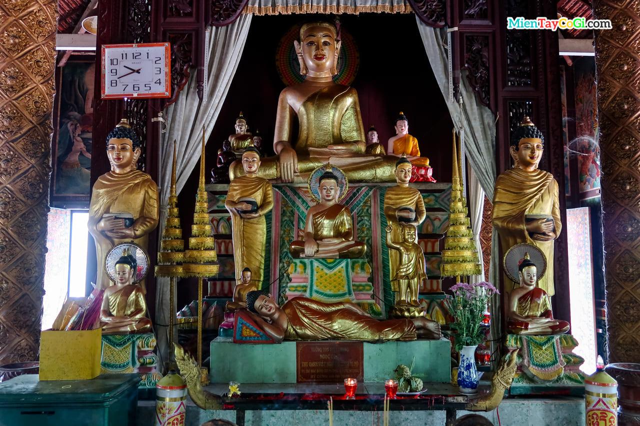 Tượng Phật Thích Ca thờ bên trong chánh điện chùa Dơi