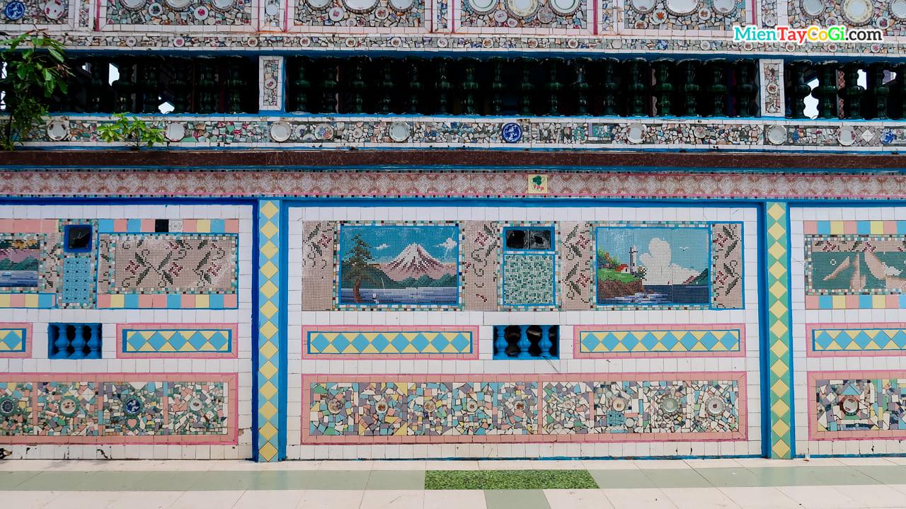 Trên tường chùa ốp các loại chén kiểu và hoa văn chi tiết