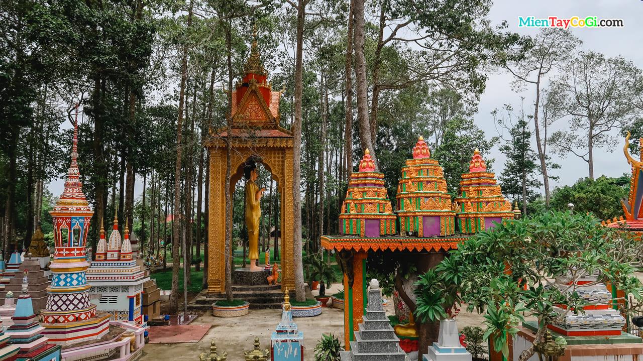 Xung quanh khuôn viên chùa có nhiều kiến trúc độc đáo