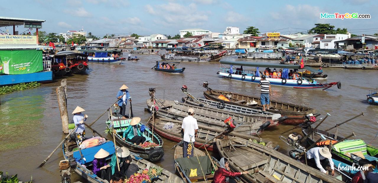 Bến thuyền nhỏ chợ nổi