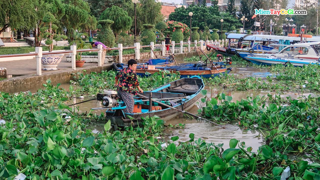 Cô lái đò ở bến Ninh Kiều