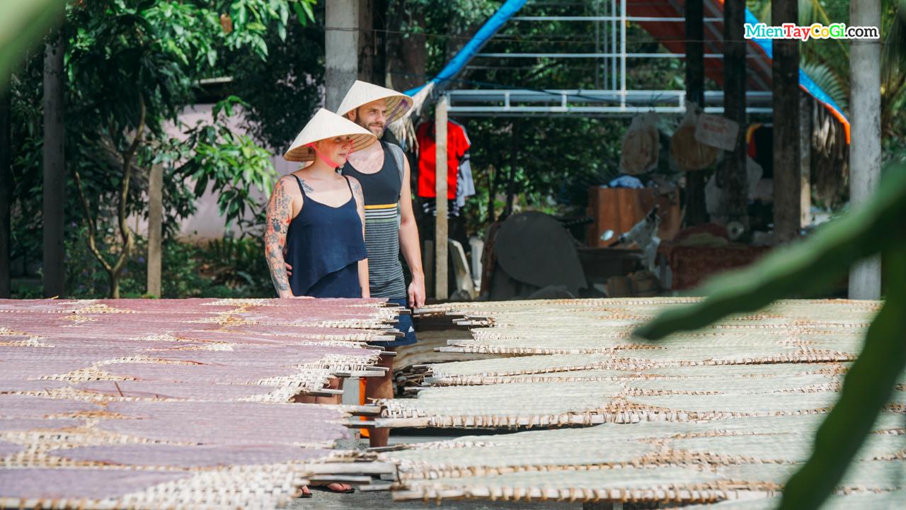 Du khách nước ngoài tham quan lò hủ tiếu Cần Thơ