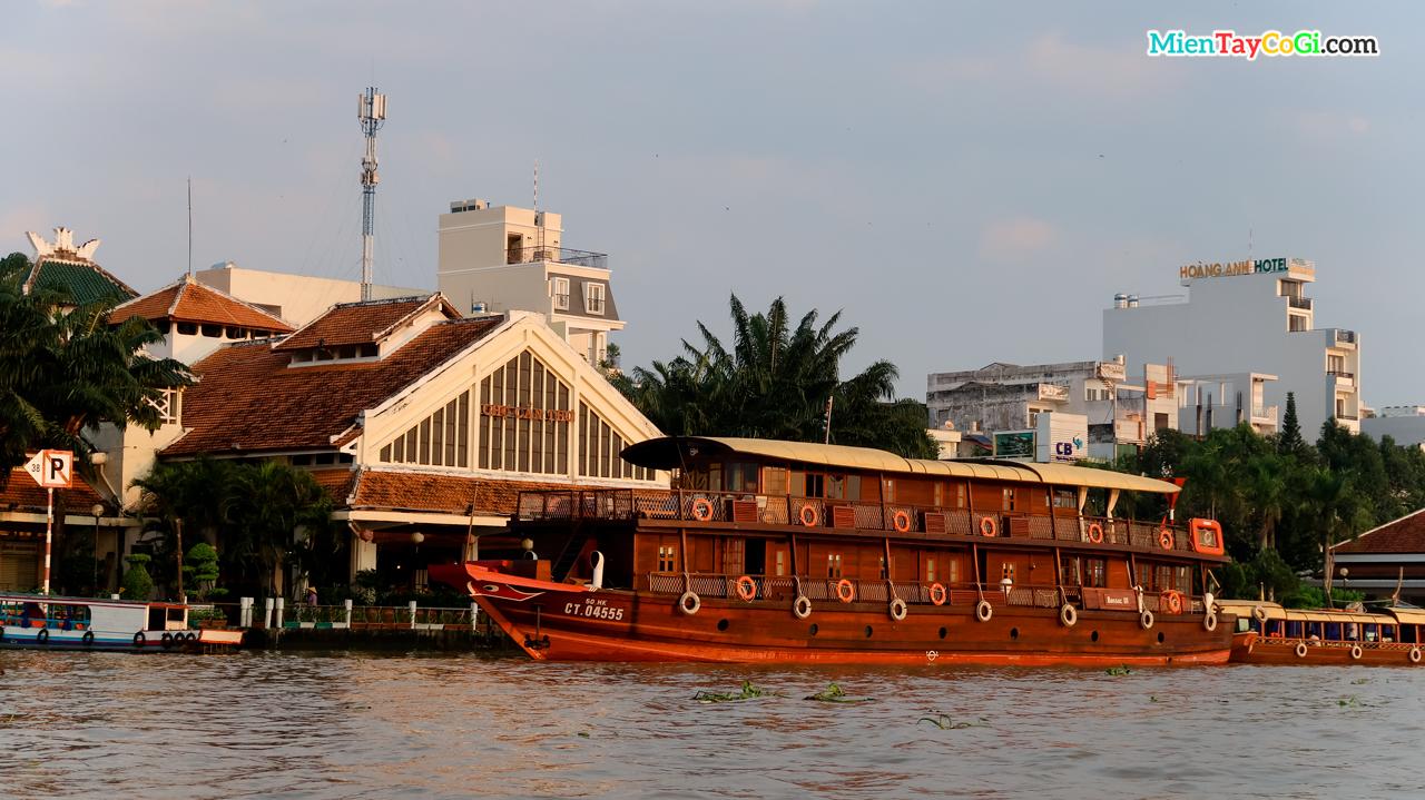 Du thuyền Victoria đậu gần chợ cổ Cần Thơ