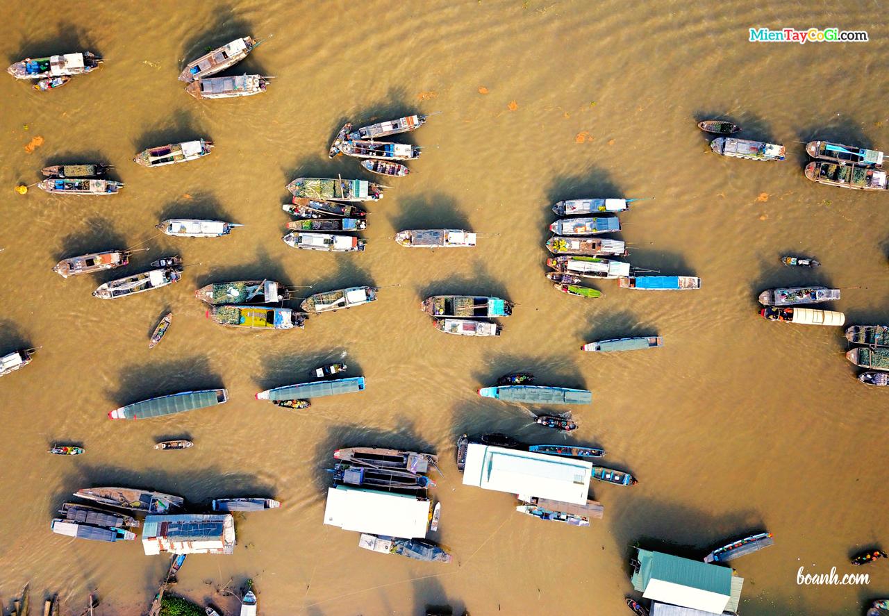 Hàng trăm ghe thuyền tấp nập ở chợ nổi Cái Răng