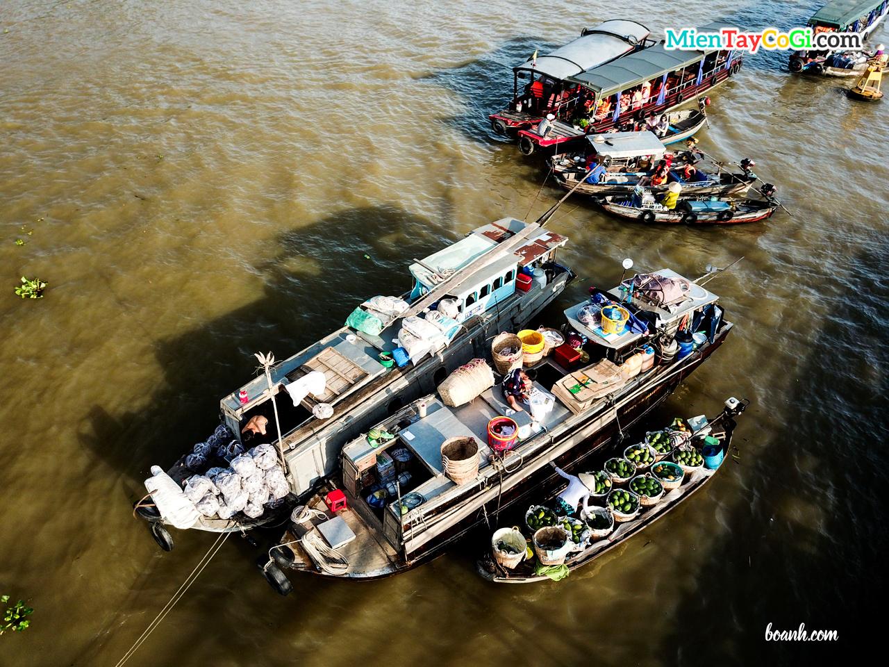 Khung cảnh ghe thuyền ở chợ nổi vào buổi sáng