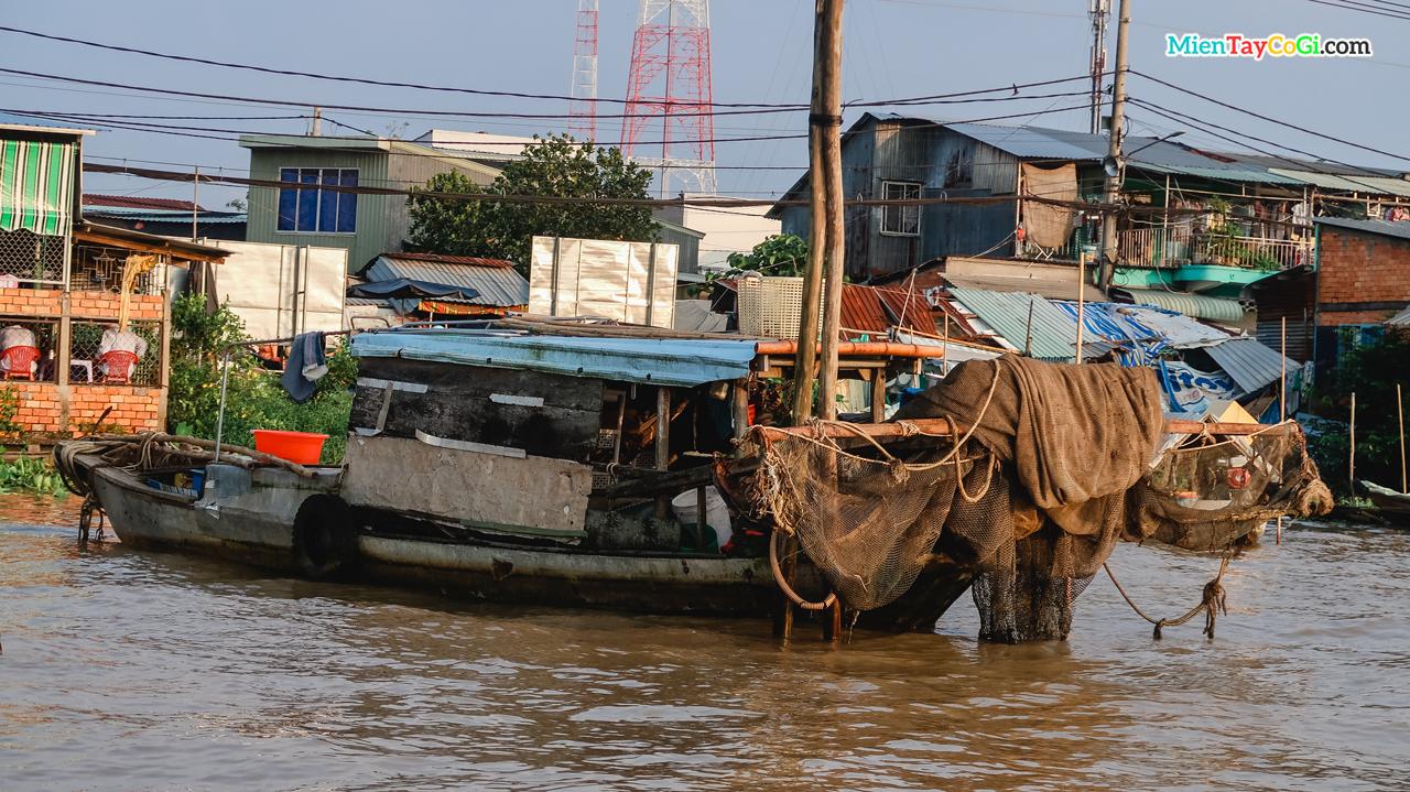 Một tàu chày lưới trên sông Hậu