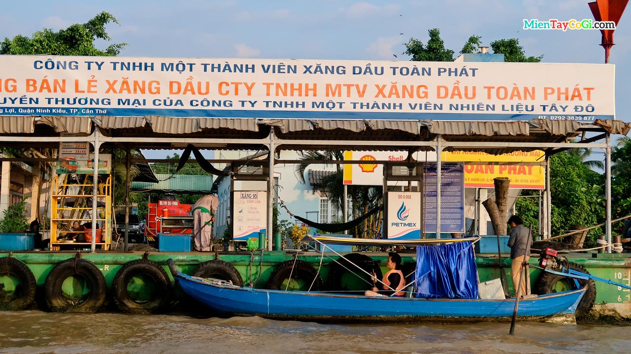 Trạm xăng trên sông gần chợ nổi Cái Răng