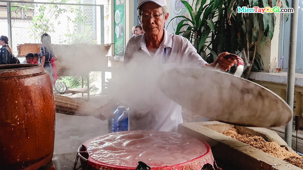 Người làm hủ tiếu truyền thống ở Cần Thơ