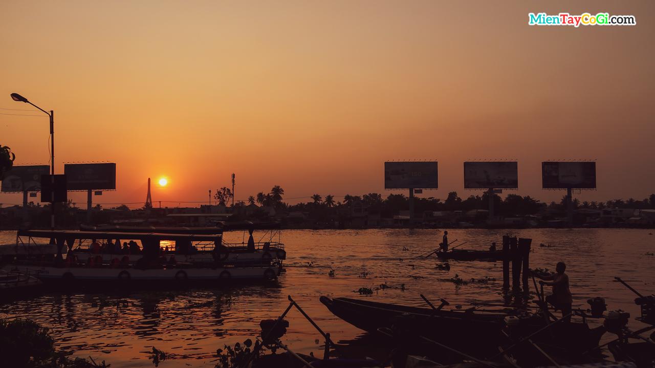 Những người lái đò chuẩn bị đưa khách đi chợ nổi Cái Răng từ bến Ninh Kiều