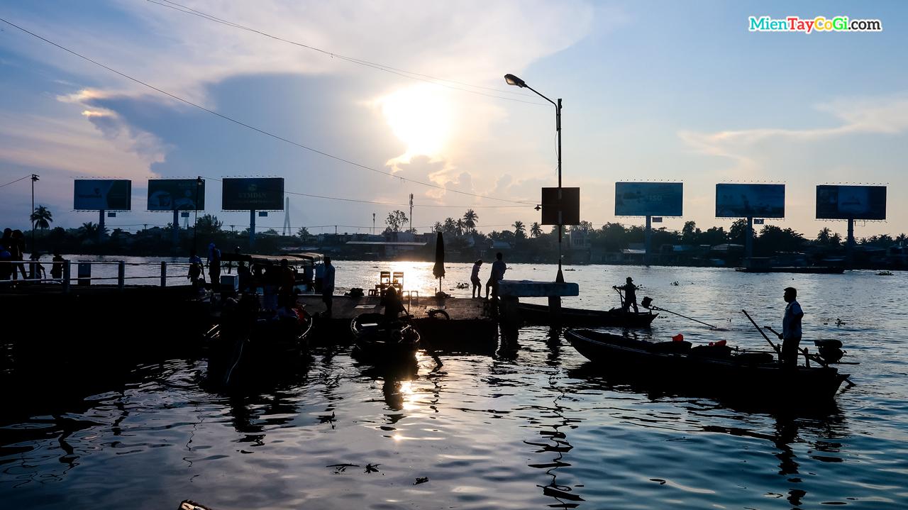 Buổi sáng ở bến Ninh Kiều