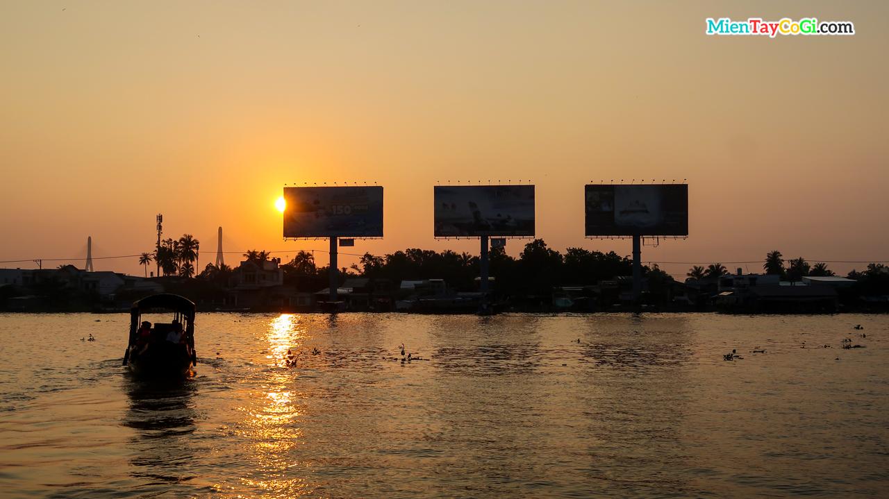 Sáng sớm tại bến Ninh Kiều