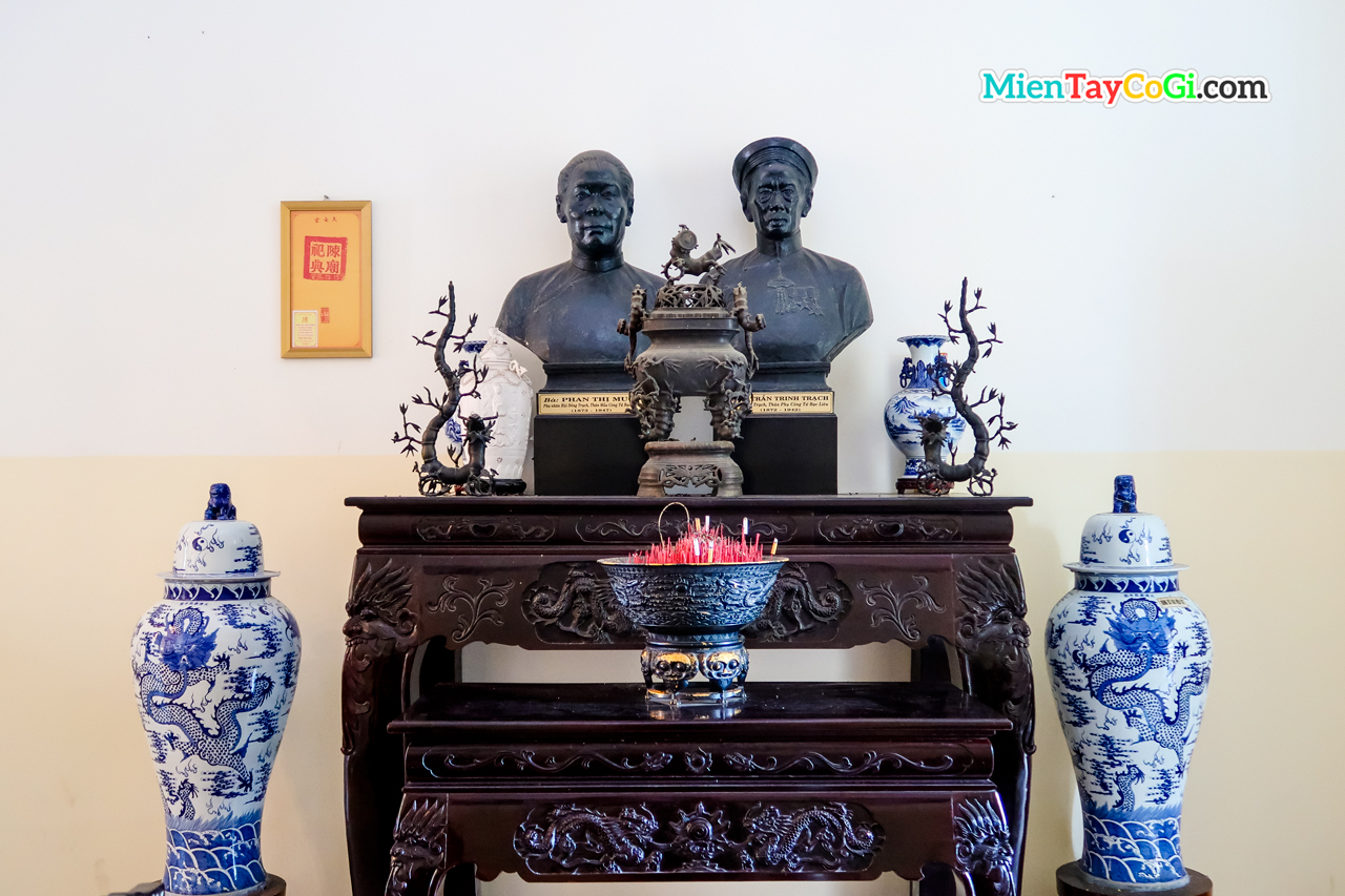 Tủ thờ cha mẹ của công tử Bạc Liêu