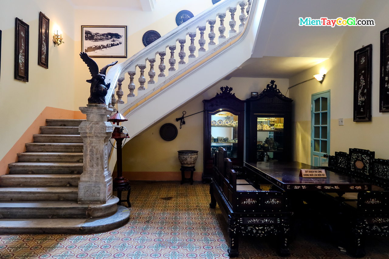 cầu thang dẫn lên tầng trệt