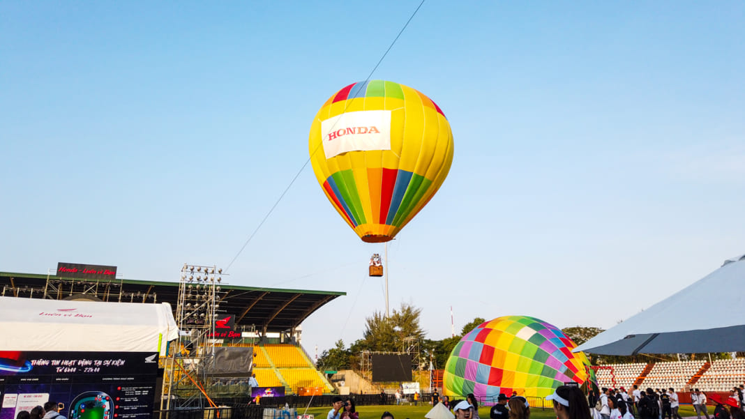 Khinh khí cầu bay khoảng 30m