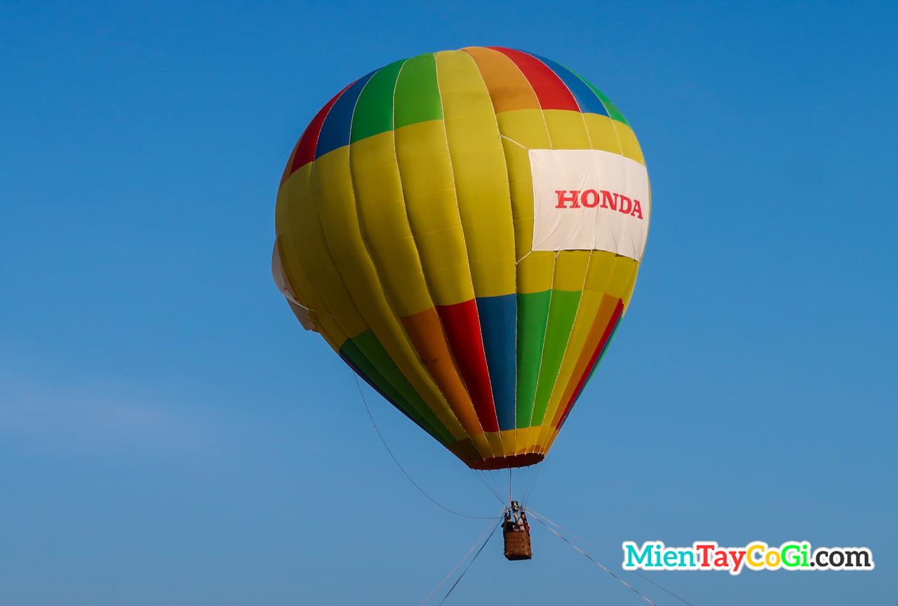 Khinh khí cầu bay trên không trung